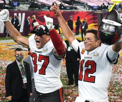 Rob Gronkowski #87 und Tom Brady #12 feiern den Super Bowl Sieg