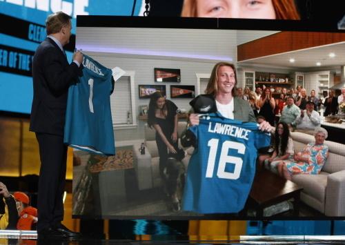 Commissioner Roger Goodell und Quarterback Trevor Lawrence bei der NFL Draft